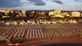Riccione, Italia Vista aerea del fuco degli ombrelli e dei gazebos sulle spiagge sabbiose italiane ad alba Litorale adriatico archivi video