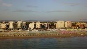 Riccione, Italia Vista aerea del fuco della riva della linea costiera durante l'ora legale video d archivio