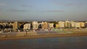 Riccione, Italia Vista aerea del fuco della riva della linea costiera durante l'ora legale archivi video