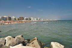 Riccione Italien der Strand gesehen vom Kanalhafen stockfoto