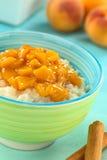 rice för kompottpersikapudding Arkivbild
