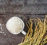 Rice i kolec odgórny widok na drewnianym tle Zdjęcia Stock