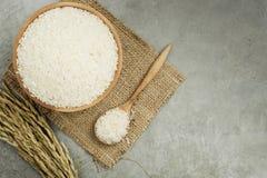 Rice i träbunke Arkivfoton