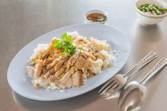 Rice med crispy pork arkivbild