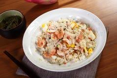 Rice med skaldjur på tabellen Arkivfoto