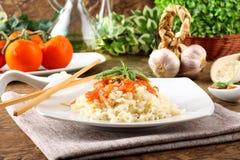 Rice med tomatsås och basilika Arkivfoto