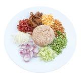 Rice Mieszał z Krewetkową pastą na białym backgroun (Kao Cluk Ka Pi) Obrazy Royalty Free