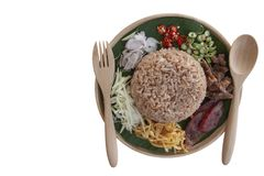 Rice mieszał z krewetkowej pasty Kao Cluk wywoławczego Ka Pi odizolowywającego na białym tle Tajlandzkimi ludźmi zdjęcia stock