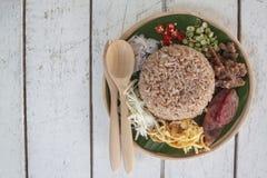 Rice mieszał z krewetkowej pasty Kao Cluk wywoławczego Ka Pi Tajlandzkimi ludźmi zdjęcie royalty free
