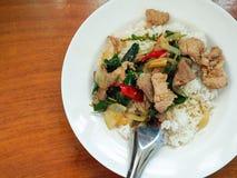 Rice nakrywał z smażącym basilem i wieprzowiną Zdjęcia Stock