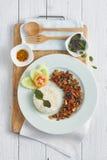 Rice nakrywał z smażącym basilem i wieprzowiną Zdjęcie Stock