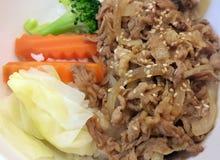 Rice nakrywał z smażącymi wieprzowin warzywami i sezamem Fotografia Royalty Free