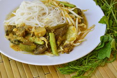 Rice noodle with fish curry sauce and fresh vegetable Stock Photography