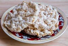 Rice szczerbi się krakersa na talerzu Zdjęcia Royalty Free