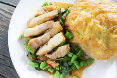 Rice topped with omelet and stir-fried pork and basil Royalty Free Stock Images