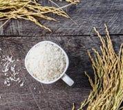 Rice w białym kolcu na drewnianym i filiżance Zdjęcia Royalty Free