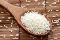 Rice w drewnianej łyżce Fotografia Royalty Free
