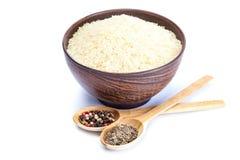 Rice w pucharze ceramiczne i drewniane łyżki z pikantność Obraz Royalty Free