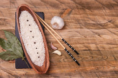 Rice w pucharze z czosnkiem i podpalanym liściem, odgórny widok Obraz Royalty Free