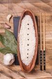 Rice w pucharze z czosnkiem i podpalanym liściem, odgórny widok Zdjęcia Royalty Free