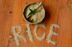 Rice w rocznika pucharze z rocznika teaspoon na drewnianym tle, reis, arroz, riso, riz, Ñ€Ð¸Ñ  Zdjęcia Royalty Free