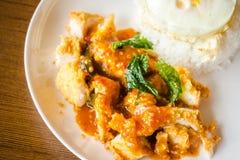 Rice z crispy kurczakiem i smażącym jajkiem zdjęcia royalty free