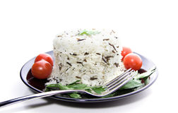 Rice z czereśniowymi pomidorami i zielenie na czarnym talerzu Obrazy Royalty Free