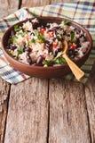 Rice z czerwonymi fasolami i innymi warzywami w pucharze pionowo fotografia stock