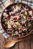 Rice z czerwonymi fasolami i warzywami w pucharu zakończeniu pionowo fotografia stock