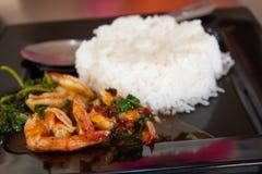 Rice z garnelą, basilu Tajlandia korzenni foods popularni obraz stock