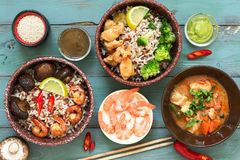 Rice z krewetkami, kurczak, pieczarki, brokuły na nagim nieociosanym tle azjatykci statków Pojęcie azjatykci jedzenie na widok Obrazy Stock