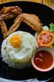 Rice z pieczonych kurczaków skrzydłami i Smażącym jajkiem obraz stock