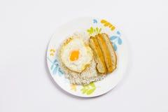 Rice z smażącym jajkiem, wieprzowiny kiełbasa Fotografia Royalty Free