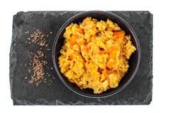 Rice z warzywami w czarnym pucharze na białym tle na widok Fotografia Royalty Free