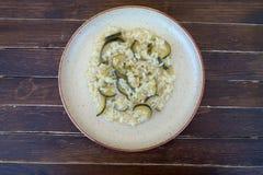 Rice z zucchini w nieociosanym naczyniu na drewnie od above Obrazy Royalty Free