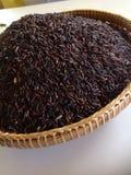 Riceberry in canestro di bambù fotografia stock