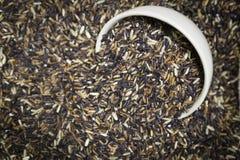 Riceberry dentro da bacia cerâmica com efeito do vignetting Imagem de Stock
