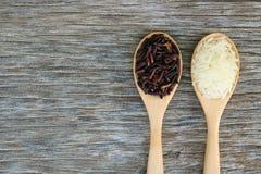 Riceberry i Jaśminowi ryż w drewnianej łyżce zdjęcia royalty free