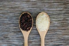 Riceberry i Jaśminowi ryż w drewnianej łyżce obraz royalty free