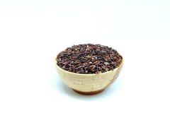 Riceberry jasminris, råriers, svarta ris, isolat på vit bakgrund Royaltyfria Foton