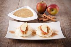 Ricepudding med kanel- och äpplesås Royaltyfri Bild