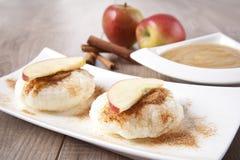 Ricepudding med kanel- och äpplesås Royaltyfri Fotografi