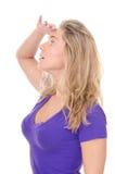 Ricerca biondo della giovane donna? fotografia stock