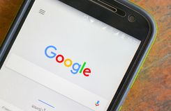 Ricerca con Google sullo schermo mobile Fotografia Stock
