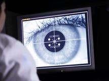 Ricerca d'esame dell'occhio di medico sul computer Fotografia Stock Libera da Diritti
