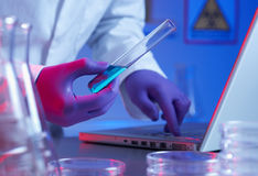 Ricerca della provetta di biotecnologia Fotografia Stock Libera da Diritti