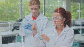 ricerca di conduzione dello scienziato in un laboratorio video d archivio