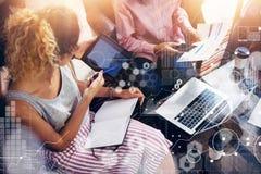 Ricerca di mercati virtuale dell'interfaccia del grafico dell'icona del collegamento globale Colleghe Team Brainstorming Meeting  Fotografia Stock