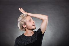 Ricerca di pensiero del giovane una soluzione Immagini Stock