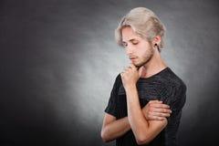Ricerca di pensiero del giovane una soluzione Fotografie Stock Libere da Diritti
